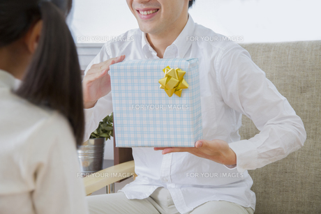 プレゼントをする女の子 FYI00922377