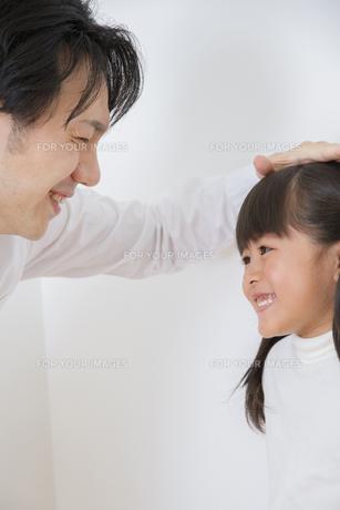 身長を測る親子 FYI00922384