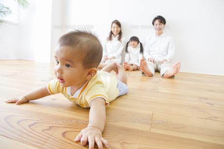 赤ちゃんを見守る家族 FYI00922492
