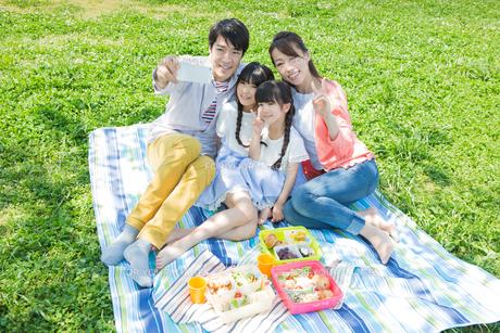 ピクニックをする家族 FYI00922706