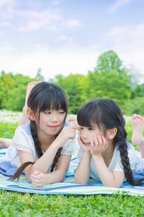 ピクニックをする家族 FYI00922713
