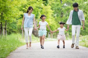手を繋いで歩く家族 FYI00922762