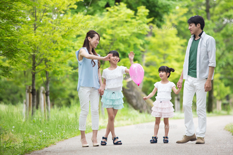 手を繋いで歩く家族 FYI00922798