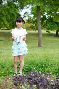 植物に水をやる小学生 FYI00922899