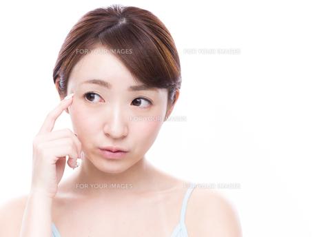こめかみを指差す若い女性 FYI00924583