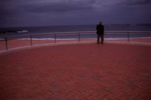 海を眺める人 FYI00924810