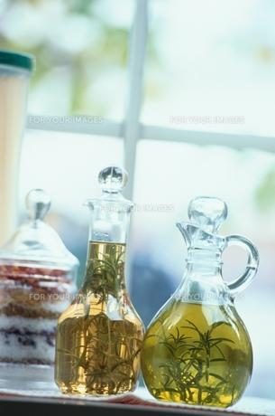 ガラスのビンに入ったオイルの素材 [FYI00925595]