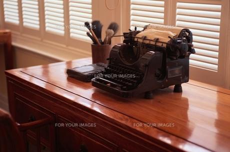 窓辺に置かれたアンティークなタイプライター FYI00925639