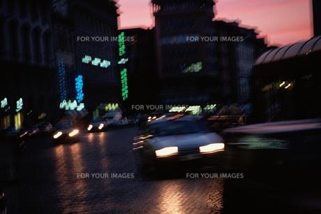 旅道乗物 ネオン街 ブレ Fyi00925703 気軽に使える写真