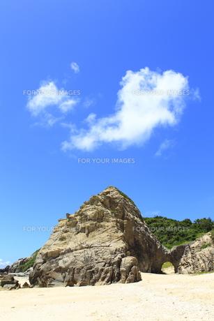 慶良間諸島 渡嘉敷島 阿波連ビーチの巨岩と青空の素材 [FYI00934085]