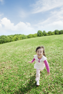 草原を走る女の子 FYI00934633