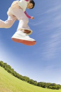 新緑の公園でジャンプする女の子 FYI00934646