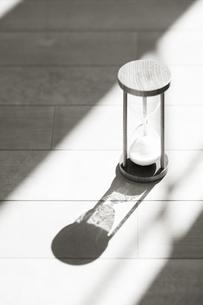 砂時計に差し込む光り FYI00934674