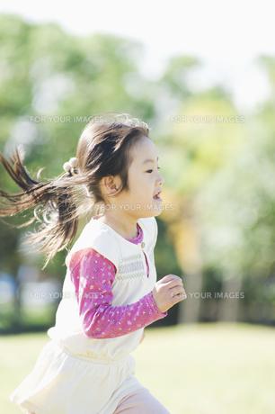 公園で走る女の子 FYI00934718