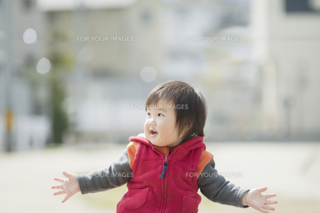 両手を広げて笑う男の子 FYI00934741