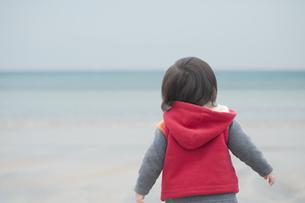 海辺を歩く男の子 FYI00934744