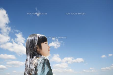 青空を見上げる女の子 FYI00934754