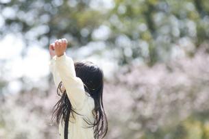 両手を上げる女の子 FYI00934757