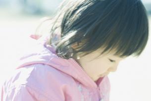 うつむく女の子 FYI00934787