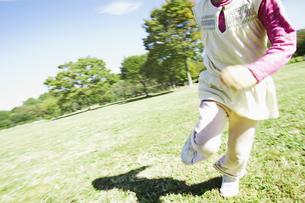 公園で走る女の子 FYI00934817
