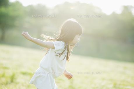 楽しそうに走る女の子 FYI00934903