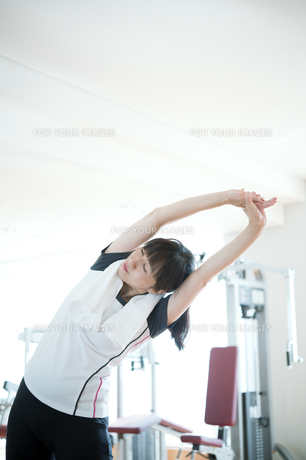 ストレッチをする日本人女性 FYI00934957