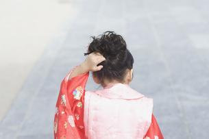 頭を掻く着物姿の女の子の後ろ姿 FYI00934961