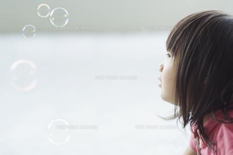 シャボン玉を見つめる女の子 FYI00934978
