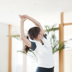 ストレッチをする日本人女性 FYI00934991