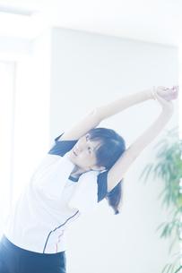 ストレッチをする日本人女性 FYI00935016