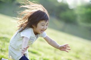 楽しそうに走る女の子 FYI00935043