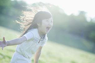 楽しそうに走る女の子 FYI00935117