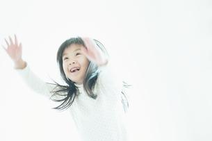 笑いながら見上げる女の子 FYI00935118