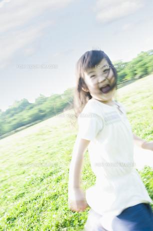 草原を走る女の子 FYI00935130