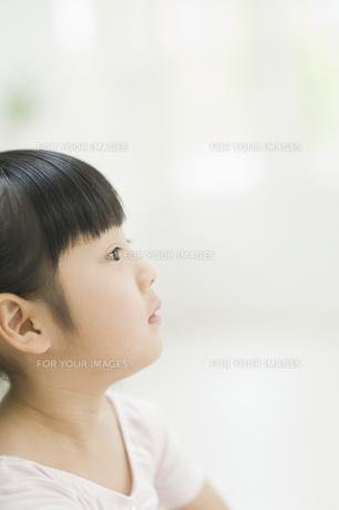 見上げる女の子 FYI00935168