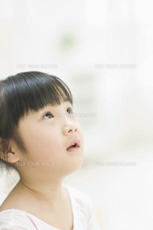 見上げる女の子 FYI00935179