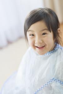 散髪をする女の子 FYI00935194