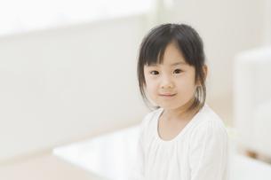 微笑む女の子 FYI00935242
