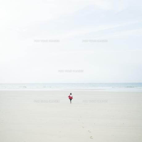 砂浜を走る女の子 FYI00935304