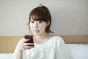 スマートフォンをみる女性 FYI00935369