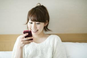スマートフォンをみる女性 FYI00935386