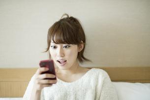 スマートフォンをみる女性 FYI00935402