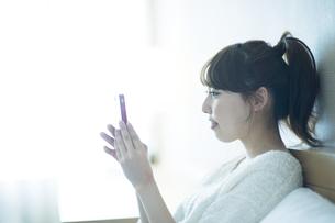 スマートフォンをみる女性 FYI00935411