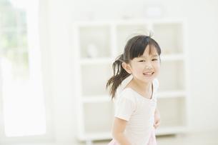 笑いながら走る女の子 FYI00935420