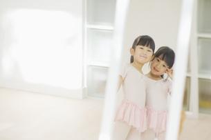 鏡の中でポーズをとる二人の女の子 FYI00935448