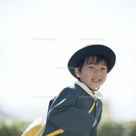 走る幼稚園児の男の子 FYI00935535
