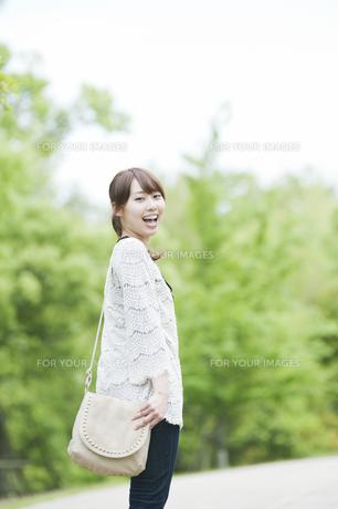 振り返って笑う女性 FYI00935601