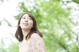 見上げる女性 FYI00935648