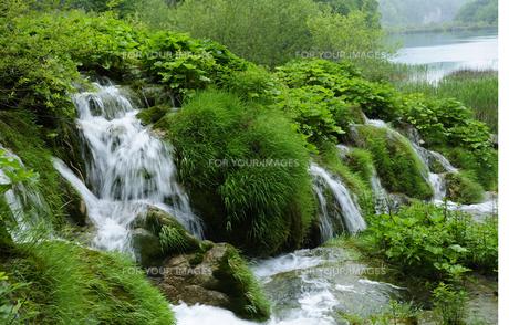プリトヴィッツェ湖群国立公園の滝の素材 [FYI00940237]