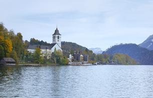 ヴォルフガング湖とザンクトヴォルフガング教会の素材 [FYI00940244]